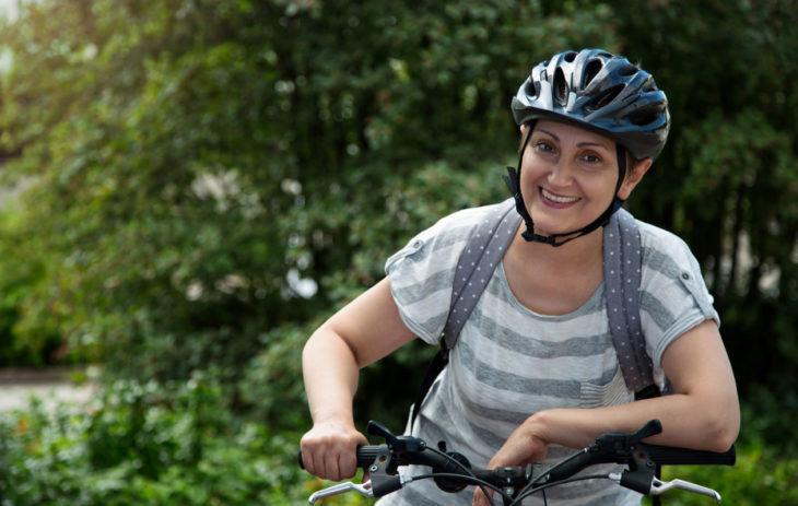 Nainen pyörällä