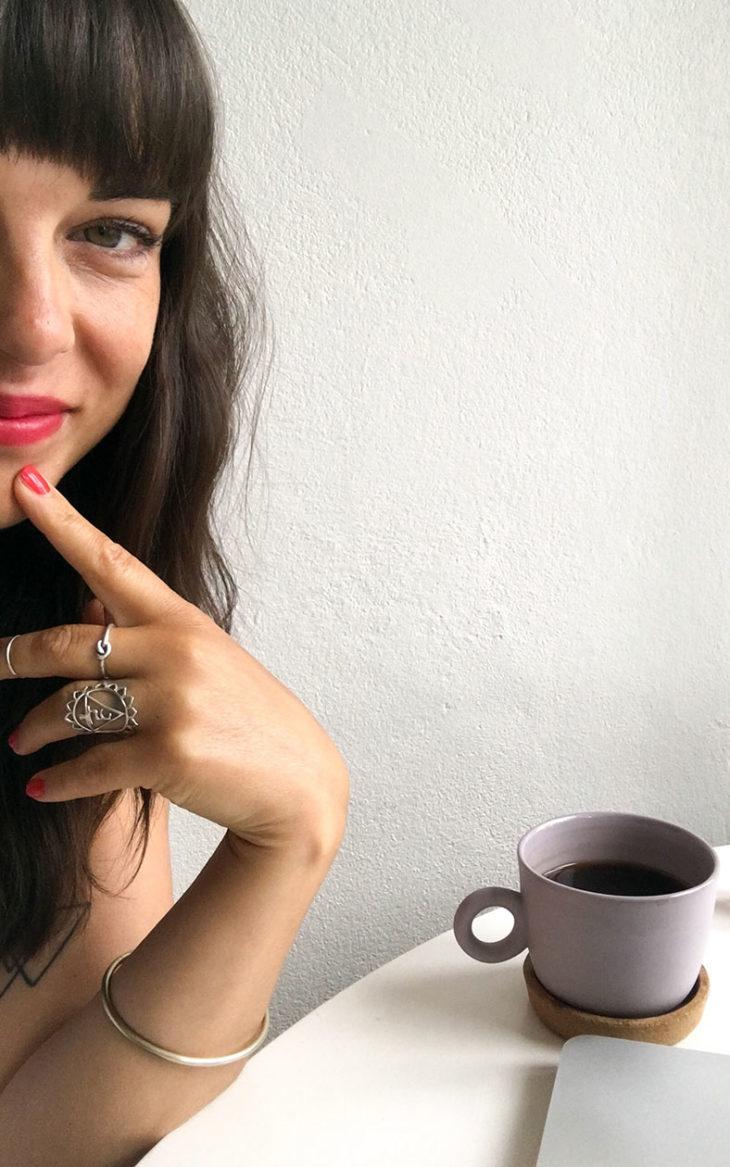 Mariela Sarkima tietokoneen ääressä. Kauneusguru Mariela Sarkiman mukaan punainen lakka on varma valinta.