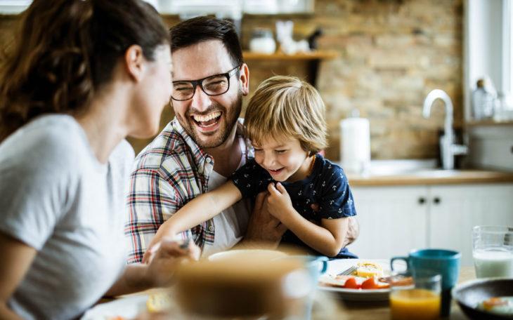 Nainen, mies ja lapsi nauraa. Avoin ja rehellinen keskustelu on asiantuntijan mukaan tärkeää, etenkin jos uuden kumppanin esittely -tilanne pitää sisällään myös lapsia.