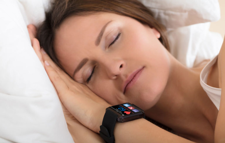 Unen laadun parantaminen, nainen nukkuu, ranteessa älykello