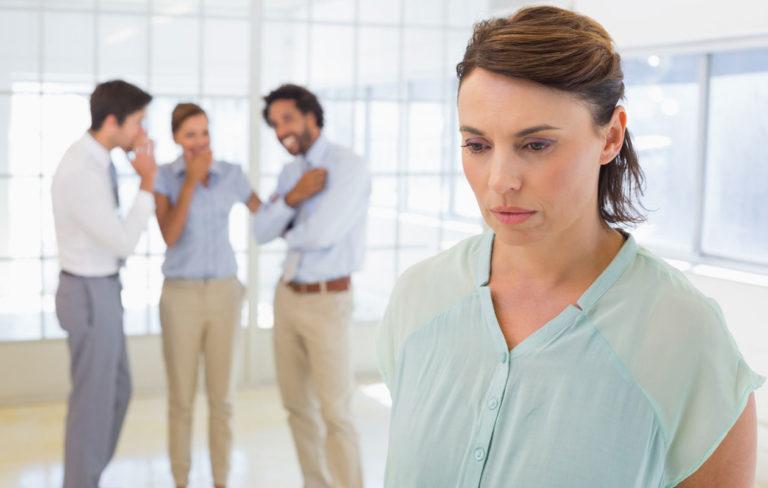 Pahan puhuminen työpaikalla, surullinen nainen