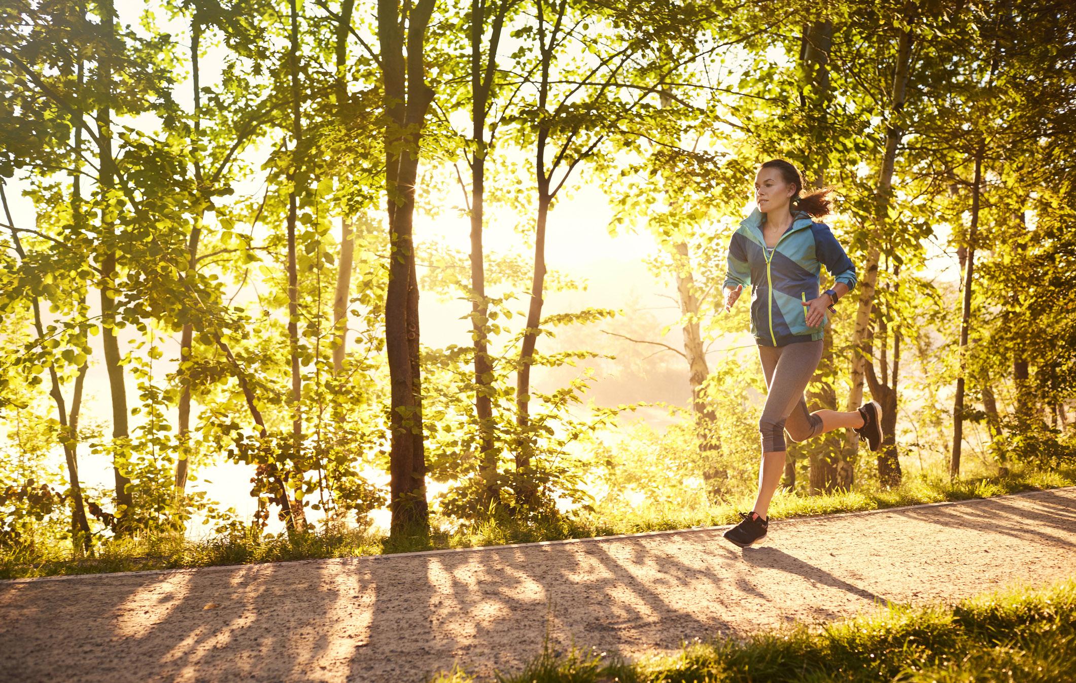 Nainen juoksee. Intervalliharjoitus voi auttaa juoksumatkan pidentämisessä.