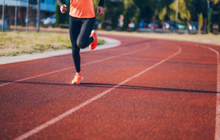 Intervallijuoksu toimii myös urheilukentällä 400 metrin kierroksiin vaihtelua luomalla.