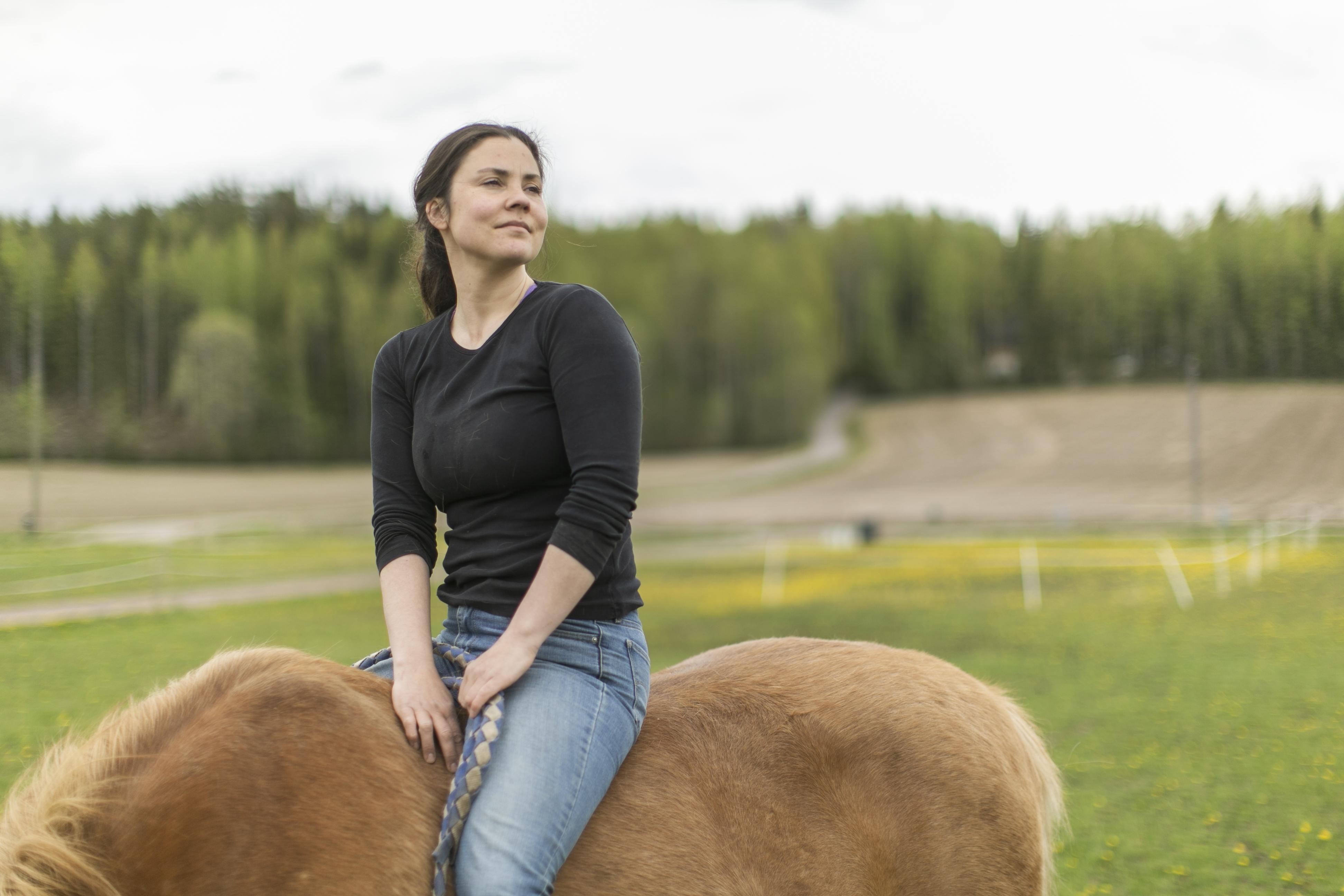 Annukka Cederlöf kokee, että maalla hän on osa isompaa luontokokonaisuutta. Kaupungissa elämä on minäkeskeistä.