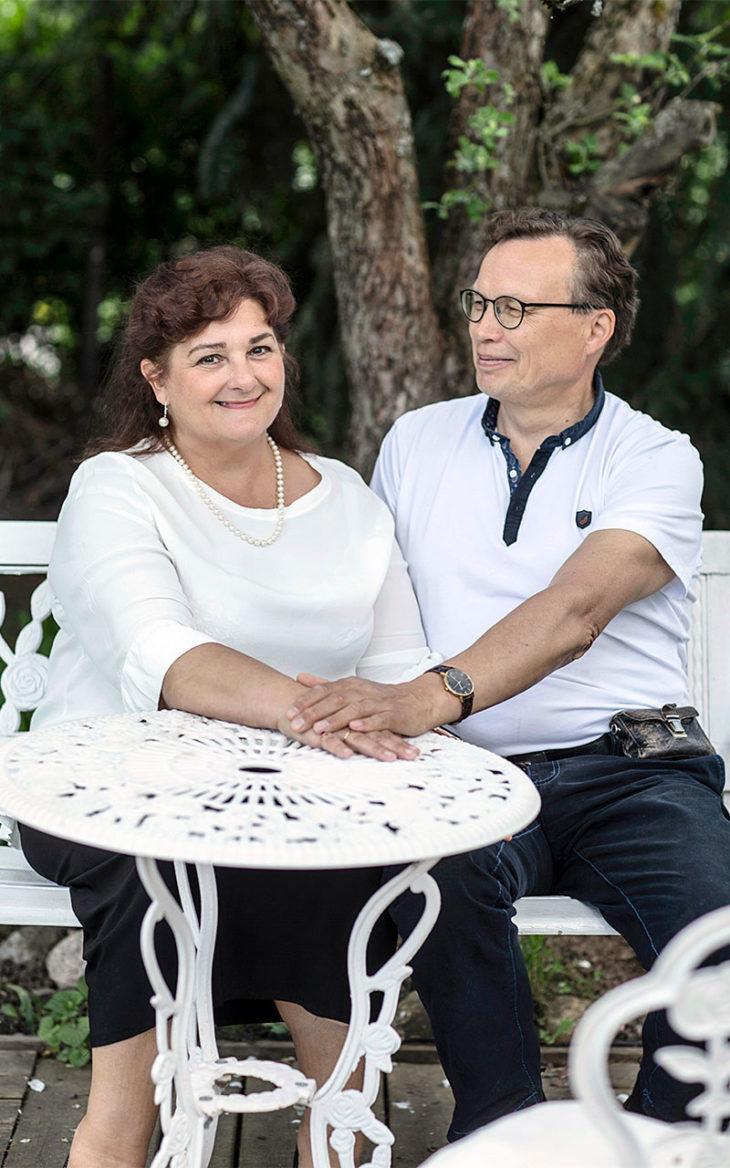 Malla ja Martti istuvat pitäen toisiaan kädestä.Kosketus on heille luonnollista.