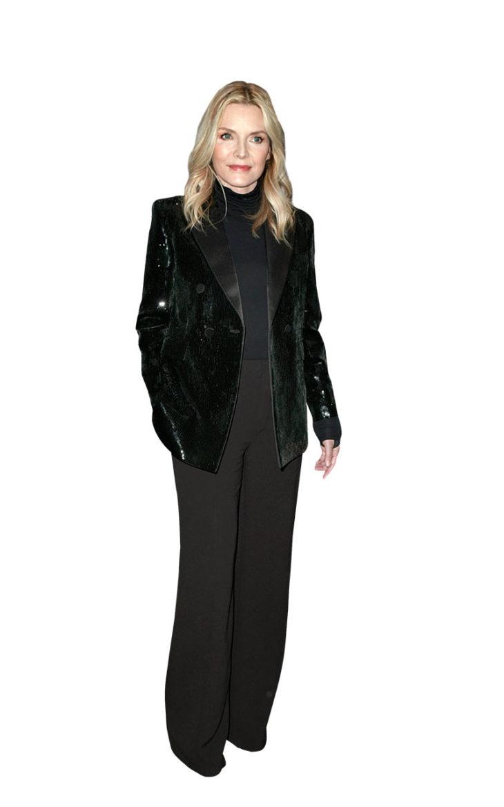 Michelle Pfeiffer on pukeutunut tummaan housupukuun. 2. Bling! Kokomusta asu ei ole tippaakaan tylsä, kun jakku on kuorrutettu paljeteilla.