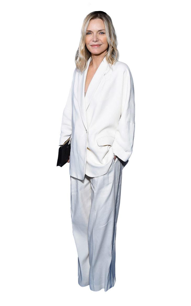 Michelle Pfeiffer pukeutuneena valkoiseen housupukuun. 3. Koolla on väliä. Valkoinen ylisuuri, kauniisti laskeutuva housupuku kiinnittää katseet punaisella matolla. Puku sopisi loistavasti vaikka hääpuvuksi.