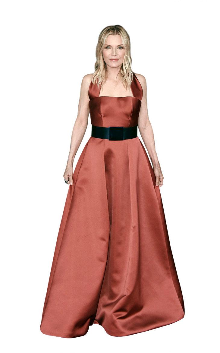 Michelle pukeutuneena mekkoon. Tiilenvärinen muhkea prinsessamekko saa ryhtiä leveästä mustasta vyöstä.