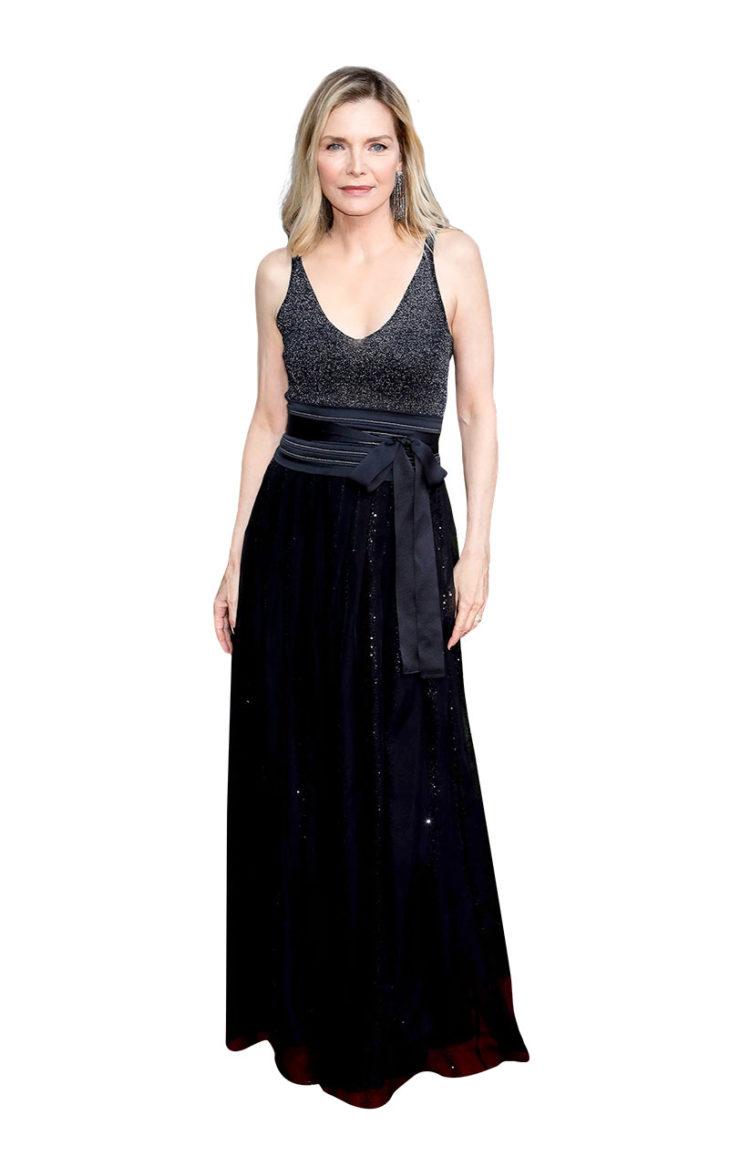 Michelle Pfeiffer pukeutuneena mustaan mekkoon.