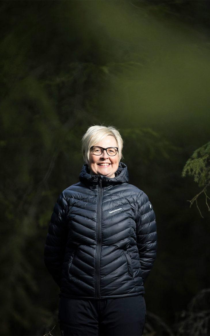 Anne Huusko sillalla.Jatkuva kipu on opettanut Anne Huuskon luovimaan kipunsa kanssa.