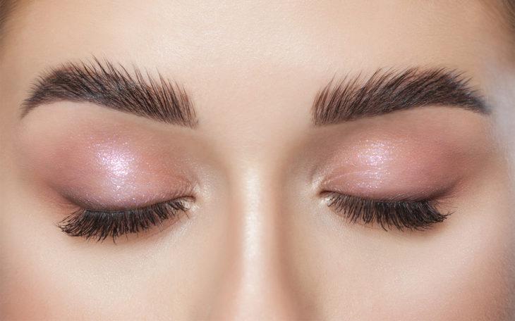 Lähikuva tuuheista kulmakarvoista. Kulmakarvojen laminointi on kosmetologin mukaan todella haluttu toimenpide.
