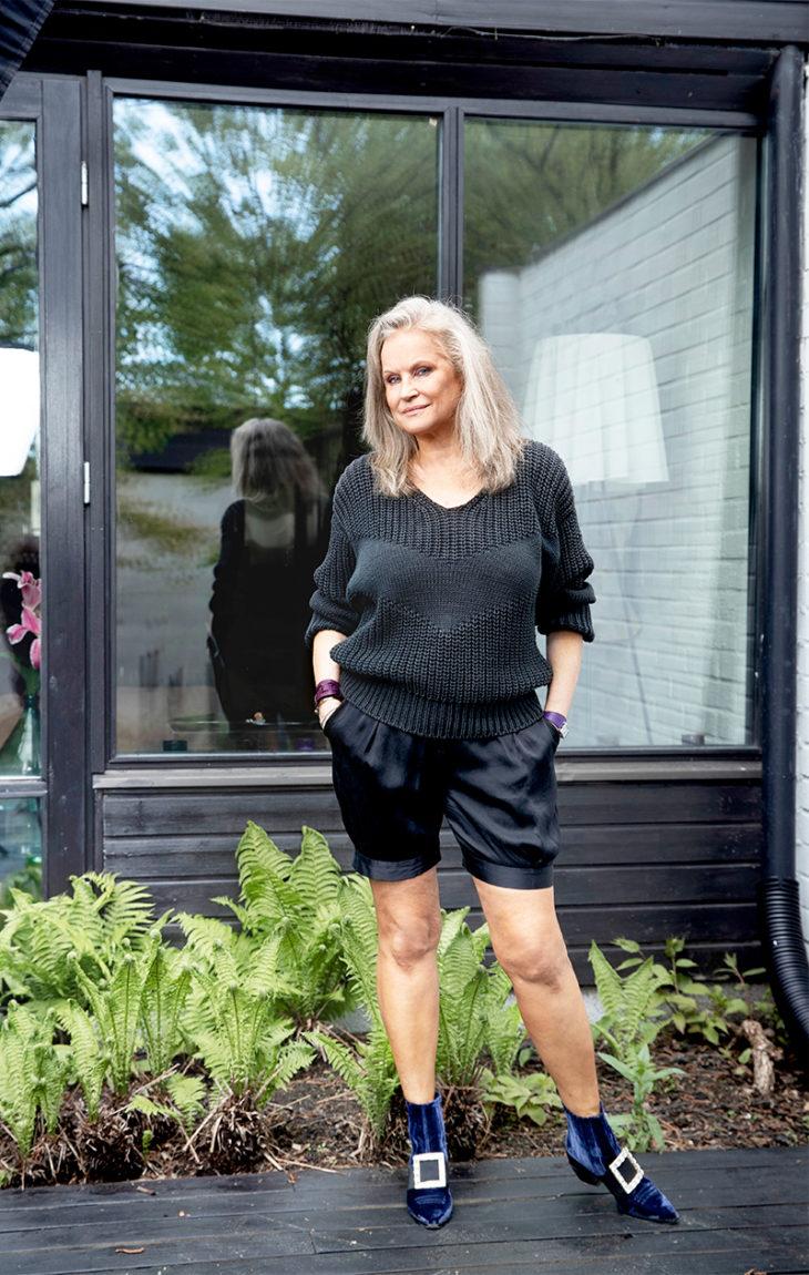 – Jil Sanderin neuleen ostin Pariisista 1982, silkkisortsit ovat noin kymmenen vuotta vanhat. Kengät ovat Roger Vivierin mallistosta