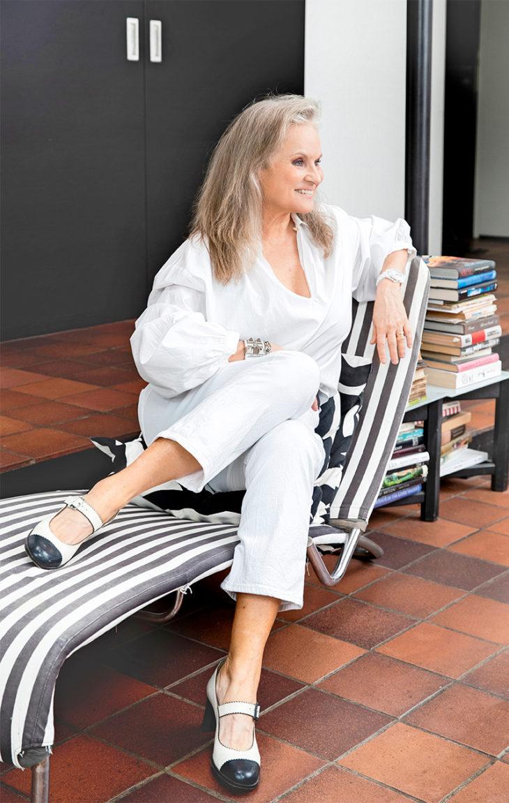 – Charles Jourdanin kengät ostin 1990-luvulla Pariisista, paita on Stella McCartneyn ja valkoiset farkut Leviksen, Jaana Ukkola sanoo.