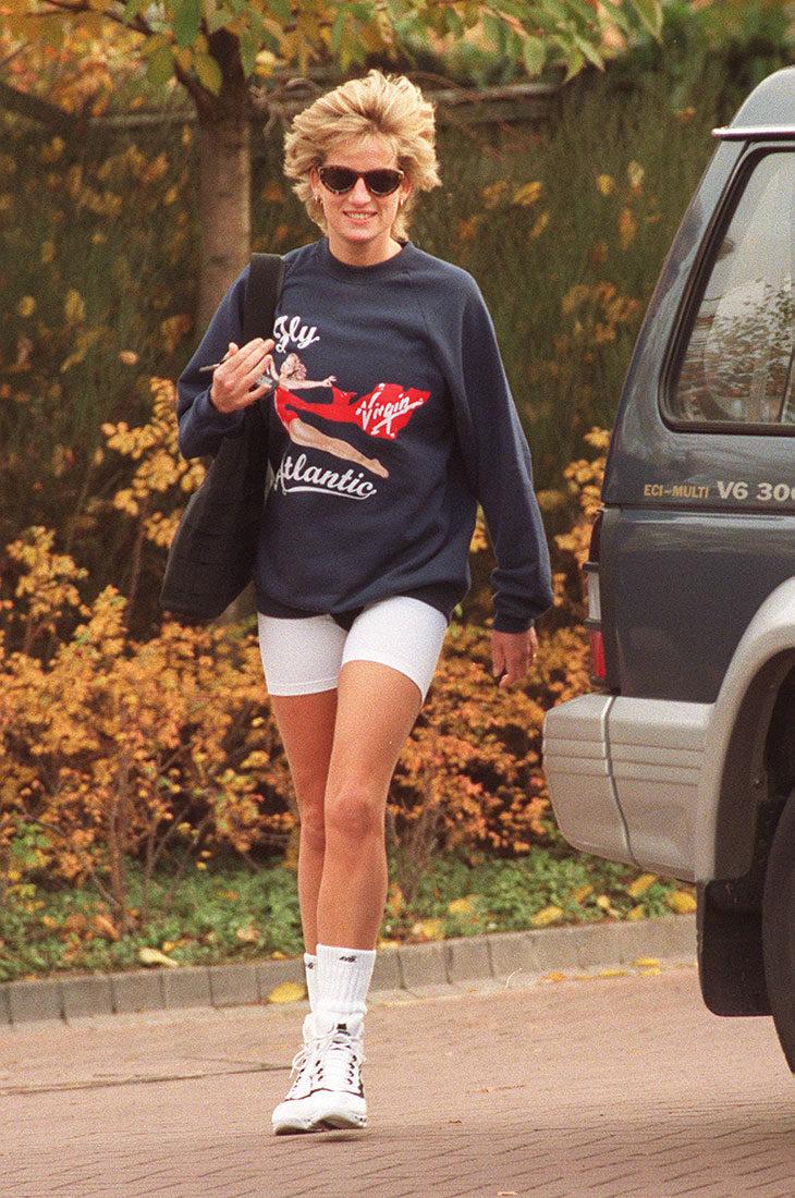 Prinsessa Diana vuonna 1995. Hänellä oli jalassaan valkoiset pyörilyshortsit.
