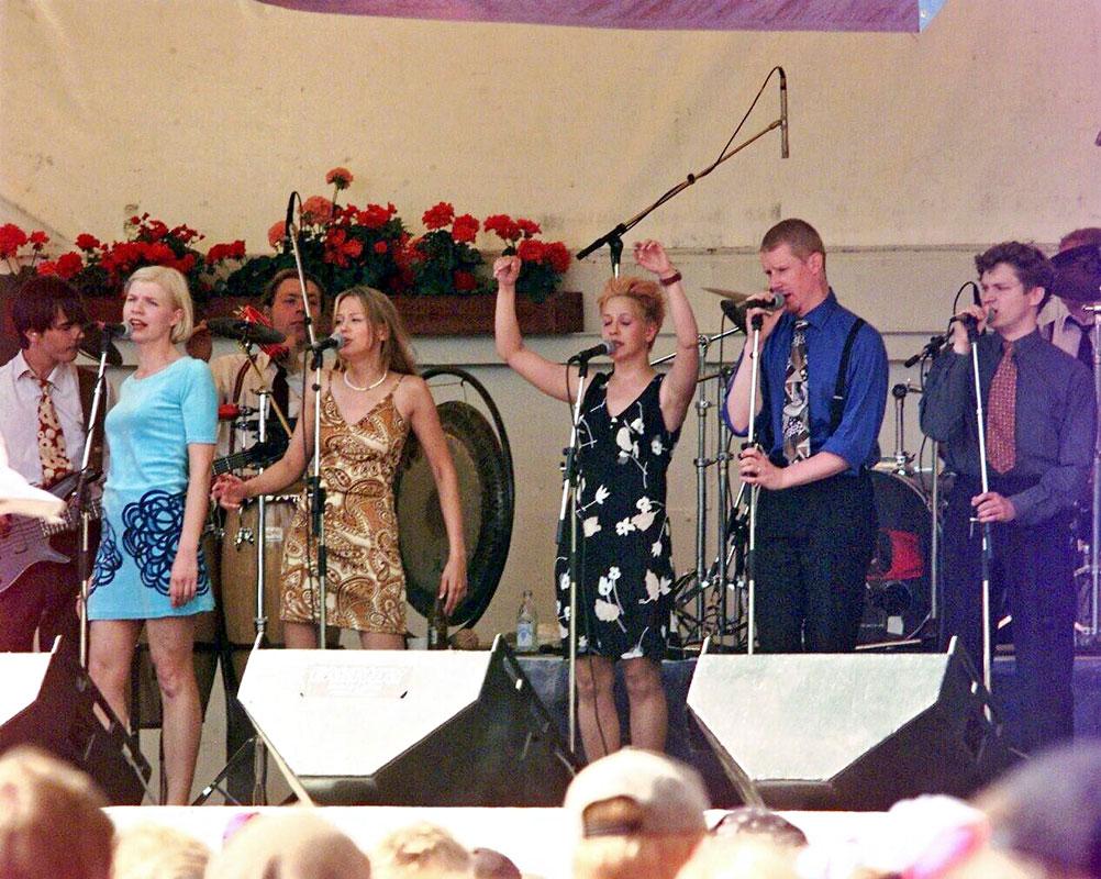 Ultra Bra Turun Ruisrockissa vuonna 1997. Kuvassa vasemmalta Anna Tulusto, Terhi Kokkonen, Vuokko Hovatta, Arto Talme ja Olli Virtaperko.