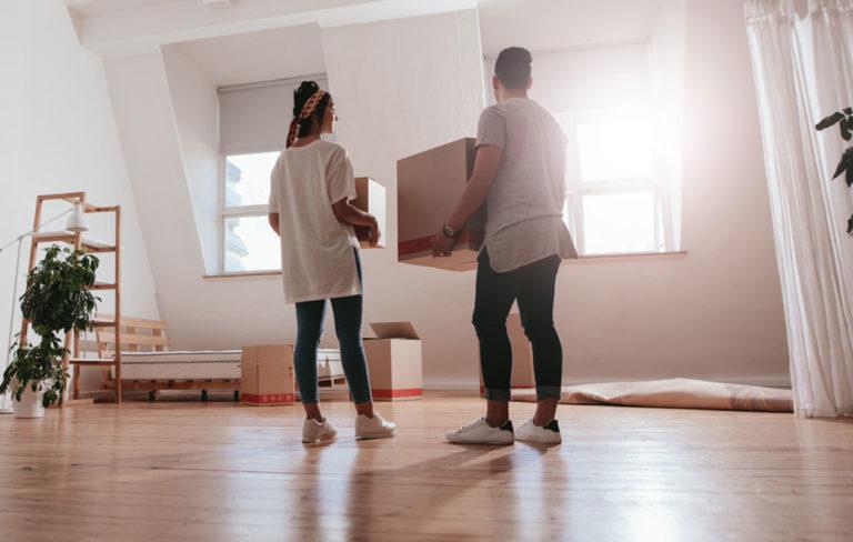 Pariskunta muuttaa uuteen asuntoon.