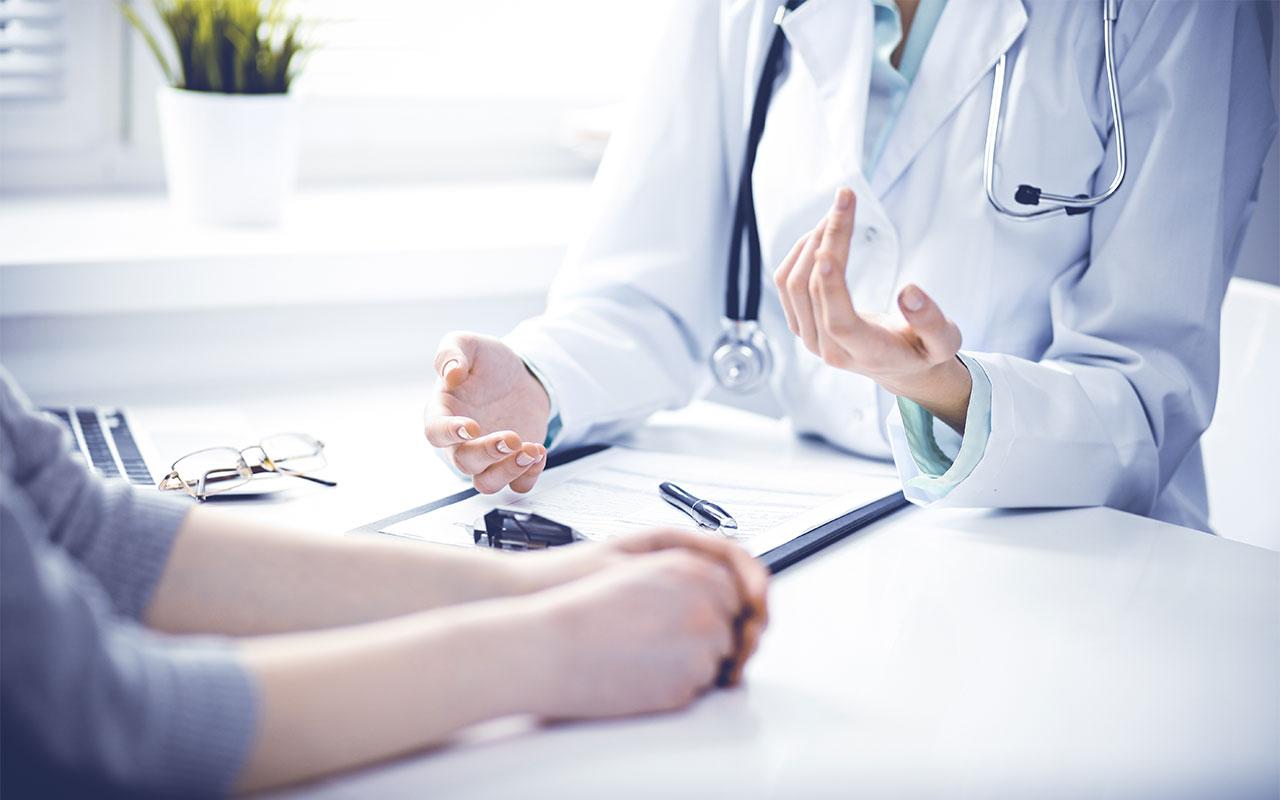 Potilas lääkärin vastaanotolla. Hypokondriasta kärsivä voi kokea voimakasta ahdistusta ja pelkoa, eikä pysty uskomaan sitä, että tutkimustuloksissa ei näy mitään vikaa.