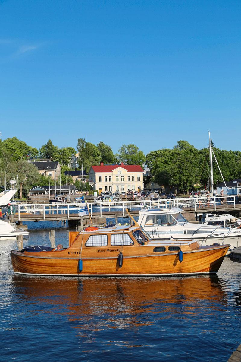 Kuva veneestä, taustalla Tammisaaren kaupunki. Tammisaaren vierasvenesatama on suosittu kohtaamispaikka.