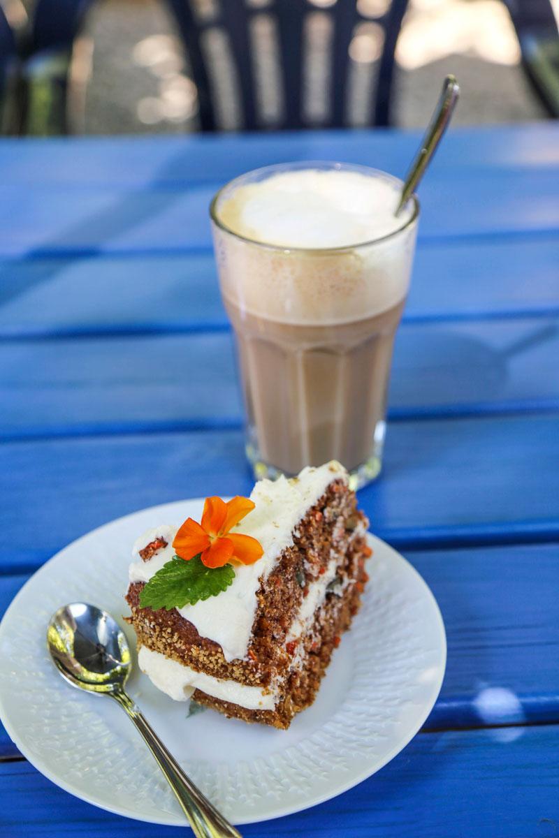 Kakkupala ja kahvikuppi.Café Gamla Stanissa on hyvä pitää herkuttelupaussi.