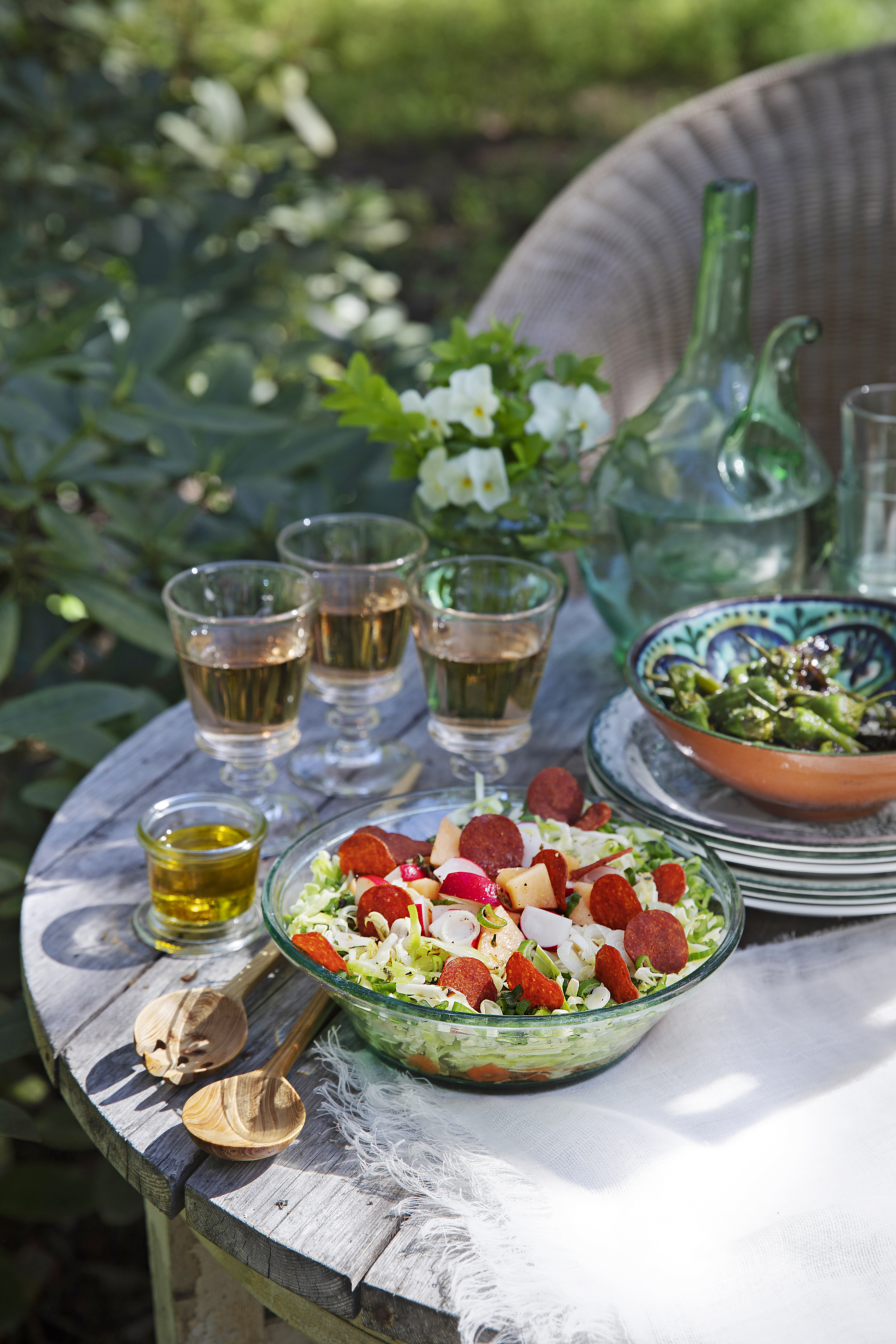 Pizzeriasalaatissa on kaalia, retiisejä, hunajamelonia ja rouskuvan rapeita salamisipsejä. Salaatin seurana maistuvat myös grillissä paahdetut ja sormisuolalla maustetut padron-paprikat ja roseeviini.