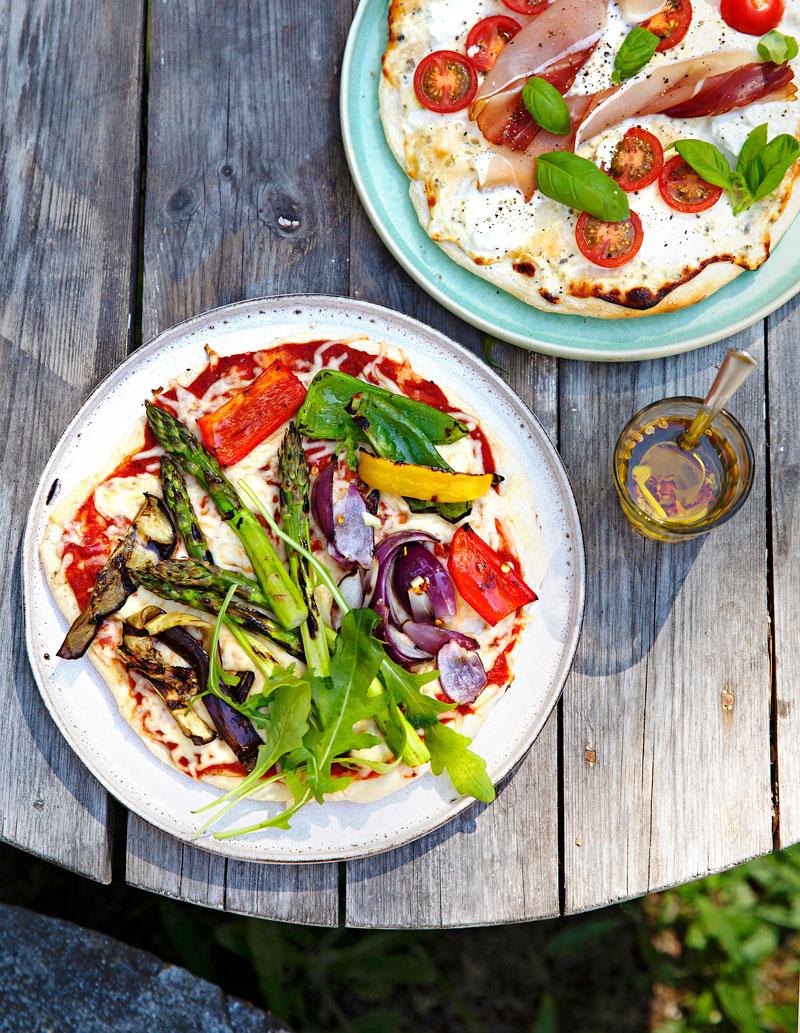 Kuvassa kaksi pizzaa.Onnistuneen rapeapohjaisen grillipizzan salaisuus on etukäteen kuumennettu pizzakivi ja tulikuuma grilli. Pizzakiviä myydään isoissa marketeissa ja rautakaupoissa.