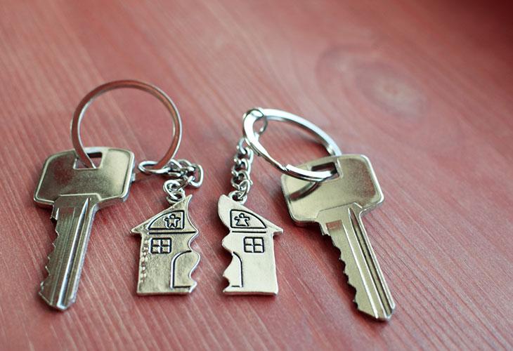 Avio-oikeus antaa lain nojalla puolisolle oikeuden kumppaninsa omaisuuteen. Kuvassa kaksi avainta.