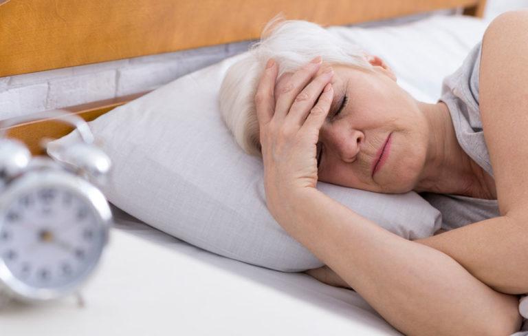 Ylivireystila, huonosti nukkuva nainen.