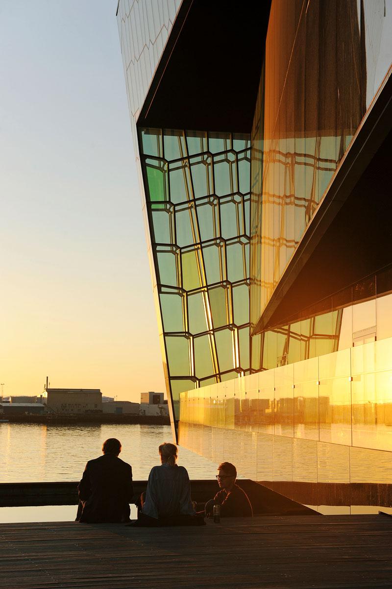 Konserttitalo Harpa on voittanut EU:n nykyarkkitehtuurille omistetun Mies van der Rohe -palkinnon. Rakennukseen voi tutustua opastetuilla kierroksilla.