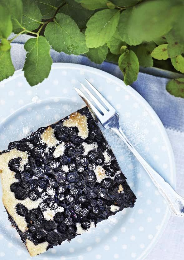 Mummon mustikkapiirakka sinisellä lautasella.