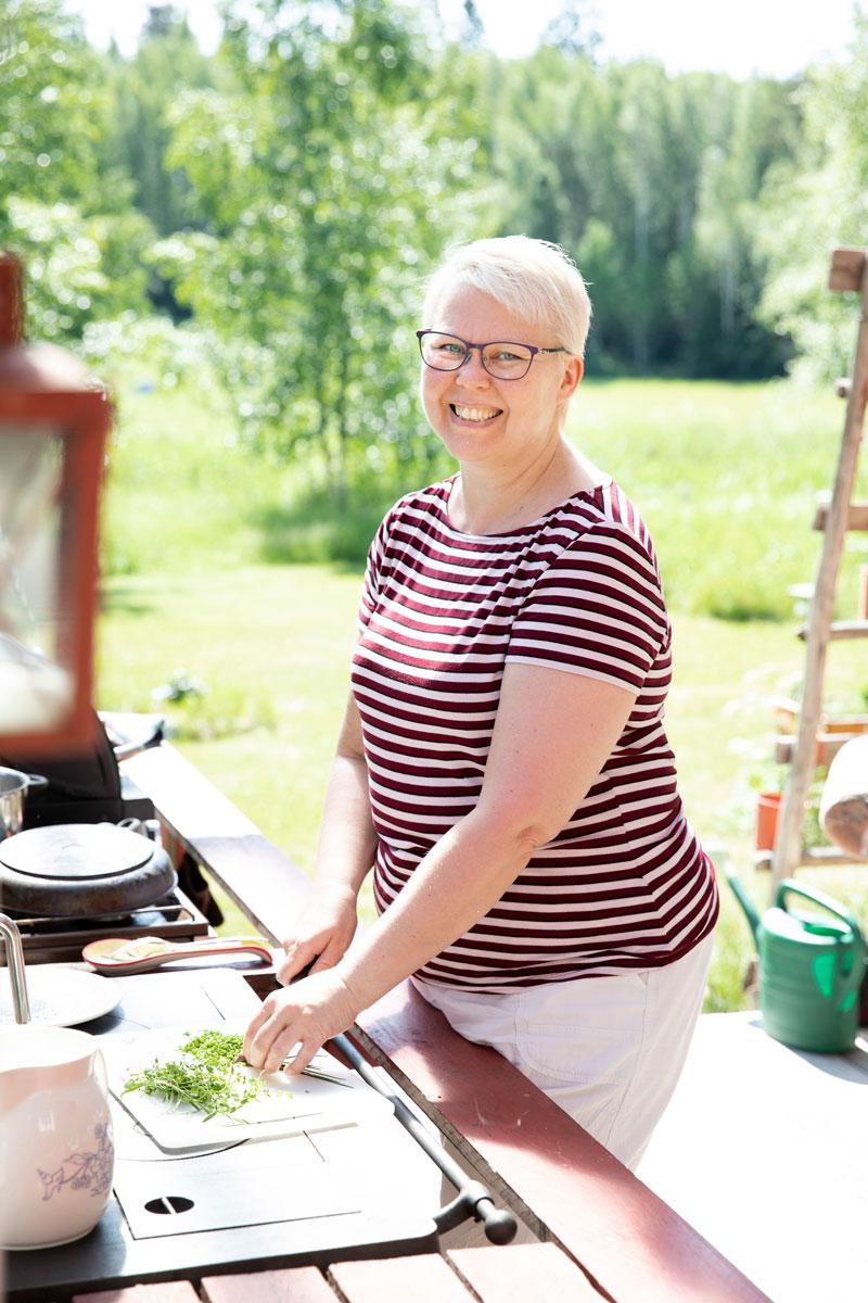 Niina Mälkiä kokkaa mökkinsä pihamaalla