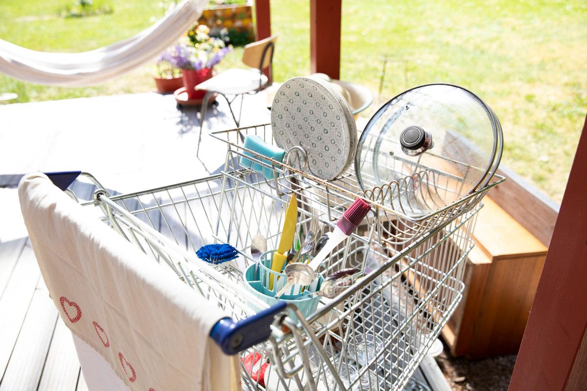 Ostoskärryssä astioita kuivumassa