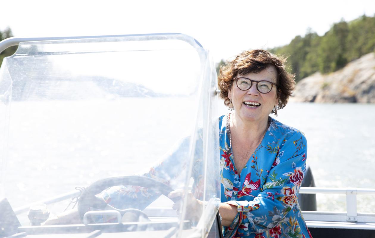 Johanna Lindstedt ajaa venettä