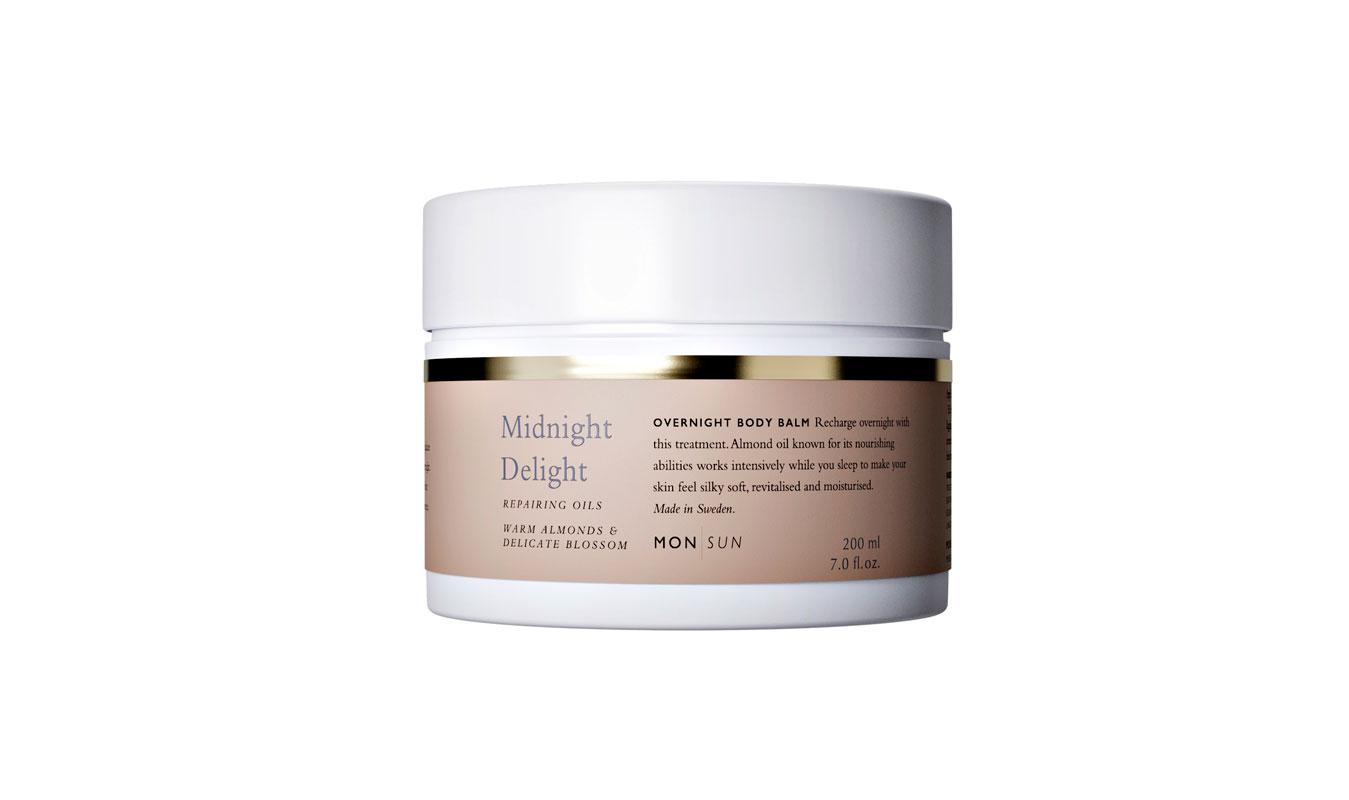 12.Hunajainen MON/SUN Midnight Delight -vartalobalsami sulaa levitettäessä öljymäiseksi yövoiteeksi vartalolle. Siinä on runsaasti manteliöljyä, E-vitamiinia ja skvalaania, 200ml 18e.