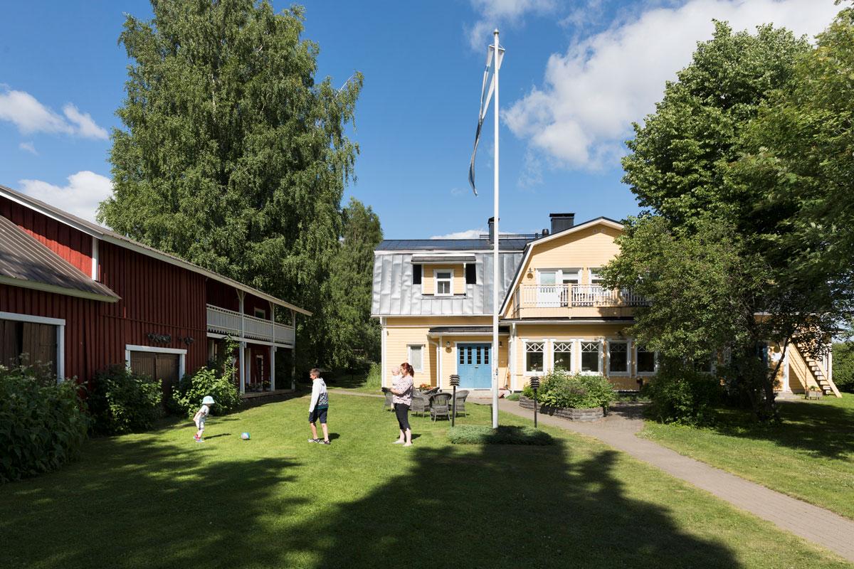 Maria Airaksinen vietti Lomamokkilassa 27. kesäänsä. Lapsena hän kävi täällä vanhempiensa kanssa, nyt mukana on oma jälkikasvu.