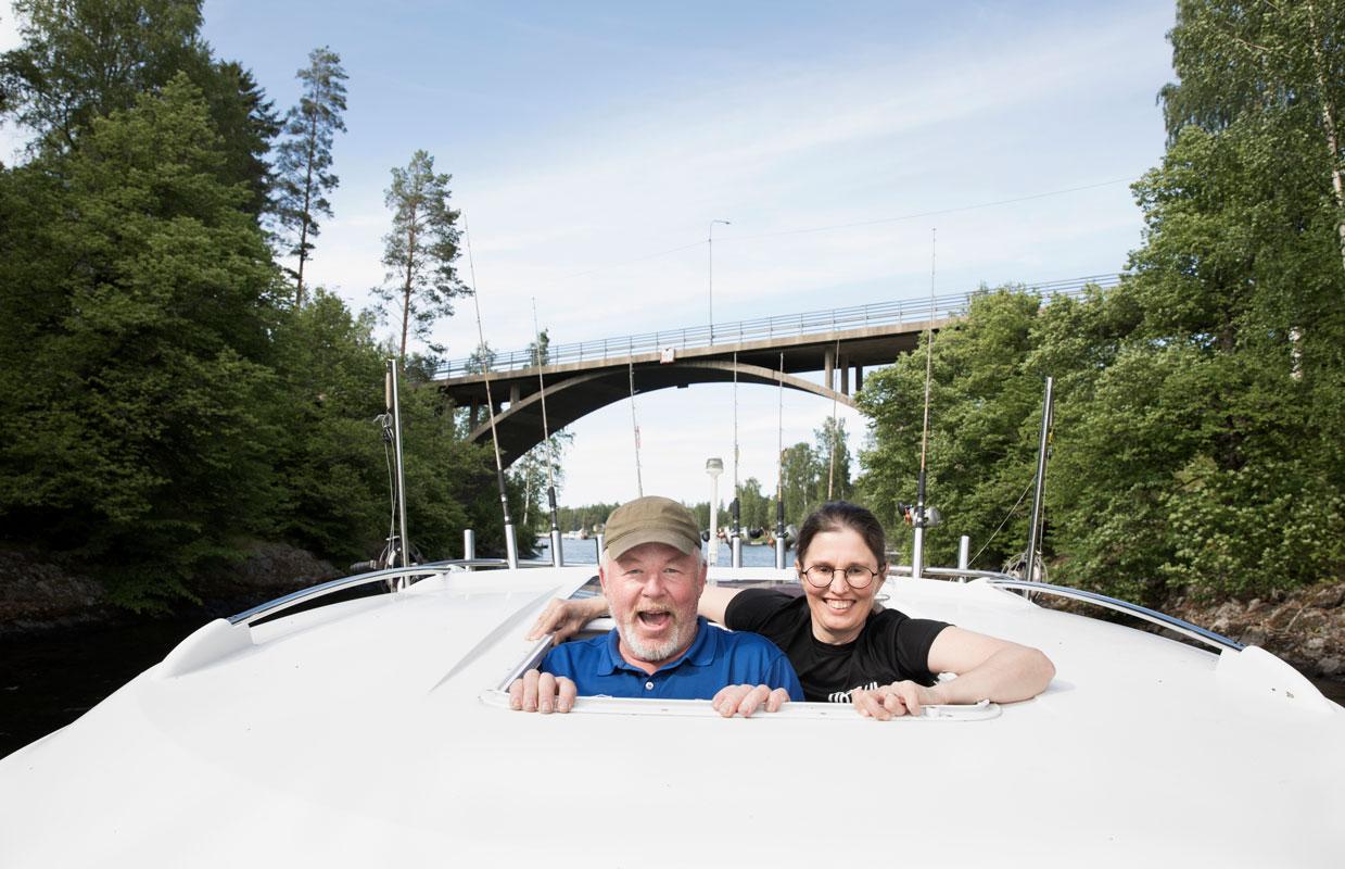 """Jukka Laitinen ja Marie """"Misa"""" Fant aloittivat matkailuyrittämisen parilla kanootilla ja käytetyllä veneellä."""
