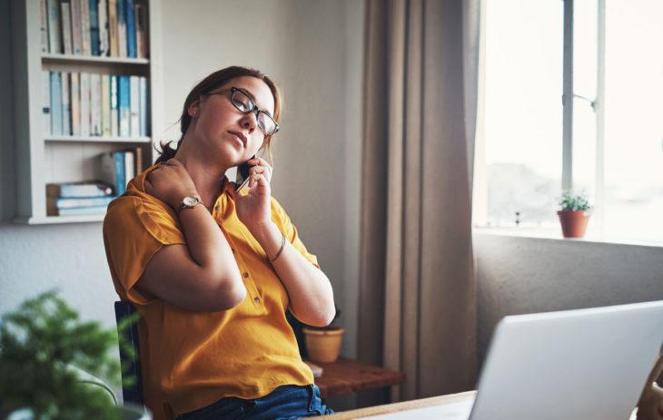 Työ stressaa liikaa, jos päivässä ei kerkeä pitämään taukoja. Kuvassa nainen toimistossa.