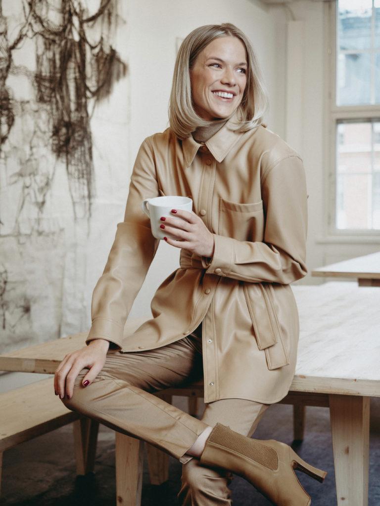 Toimistomuoti: kuvassa nainen pukeutuneena maitokahvin sävyihin.