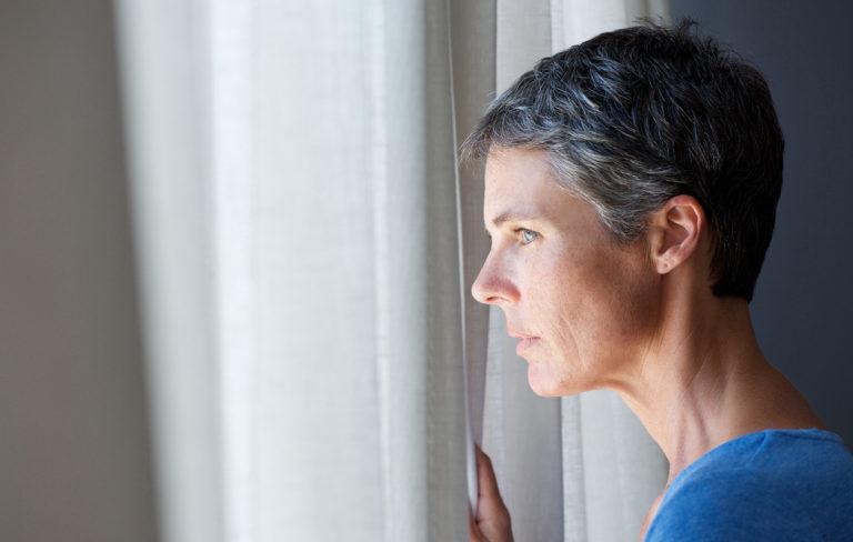 Koronan toiseen aaltoon valmistautuminen kannattaa etenkin silloin, jos kevät oli erityisen raskas: kuvassa nainen ikkunassa.