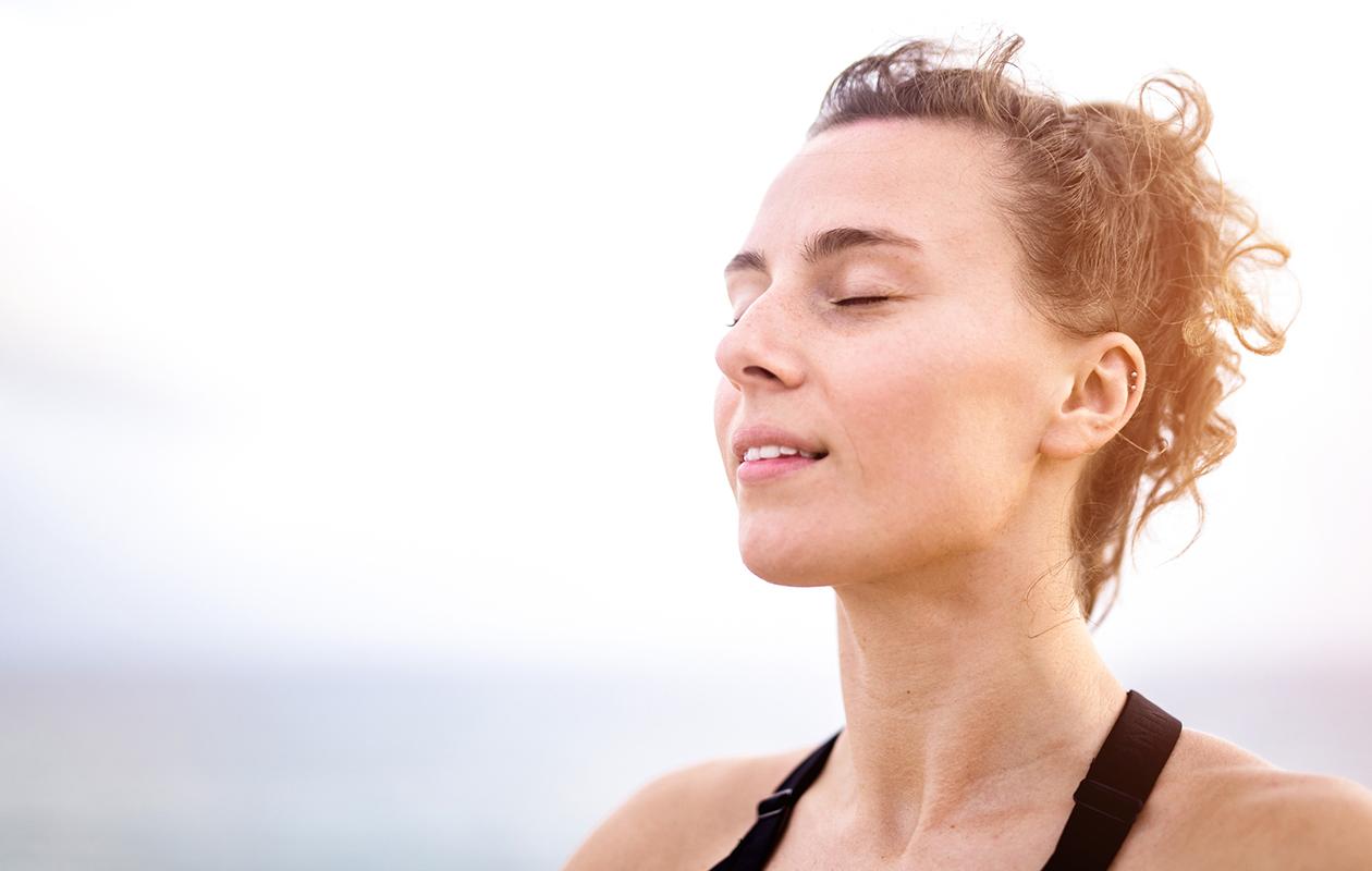 Meditaatio: nainen meditoi silmät kiinni.