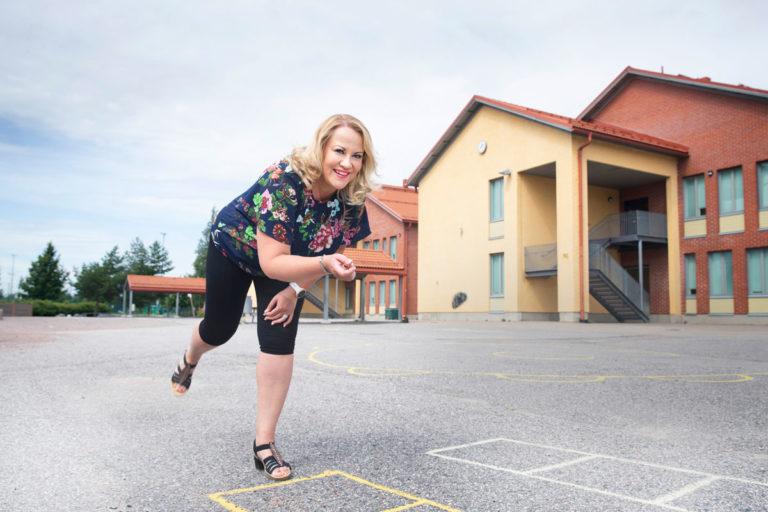 Taina Kokkonen (nyk. Timucin) kruunattiin tangokuningattareksi 1999. Sitä ennen hän oli valmistunut luokanopettajaksi. Opettajana Taina on työskennellyt nyt 15 vuoden ajan.