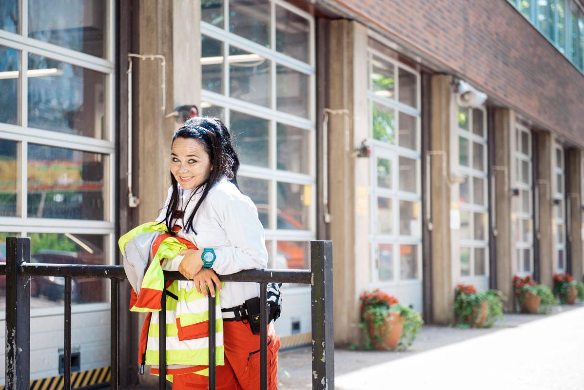 Näyttelijä Outi Alanen, 53, teki lapsuudenhaaveestaan totta ja opiskeli ambulanssin ensihoitajaksi.