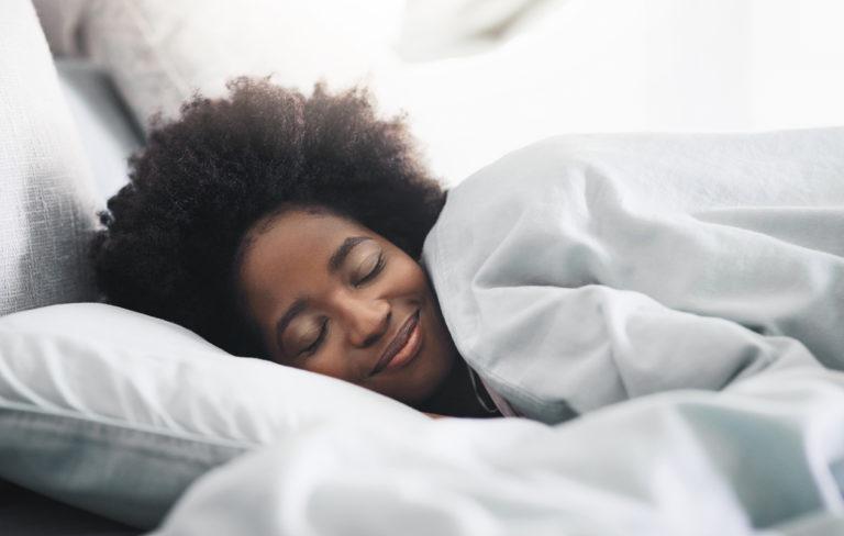 Nainen nukkuu kyljellään.