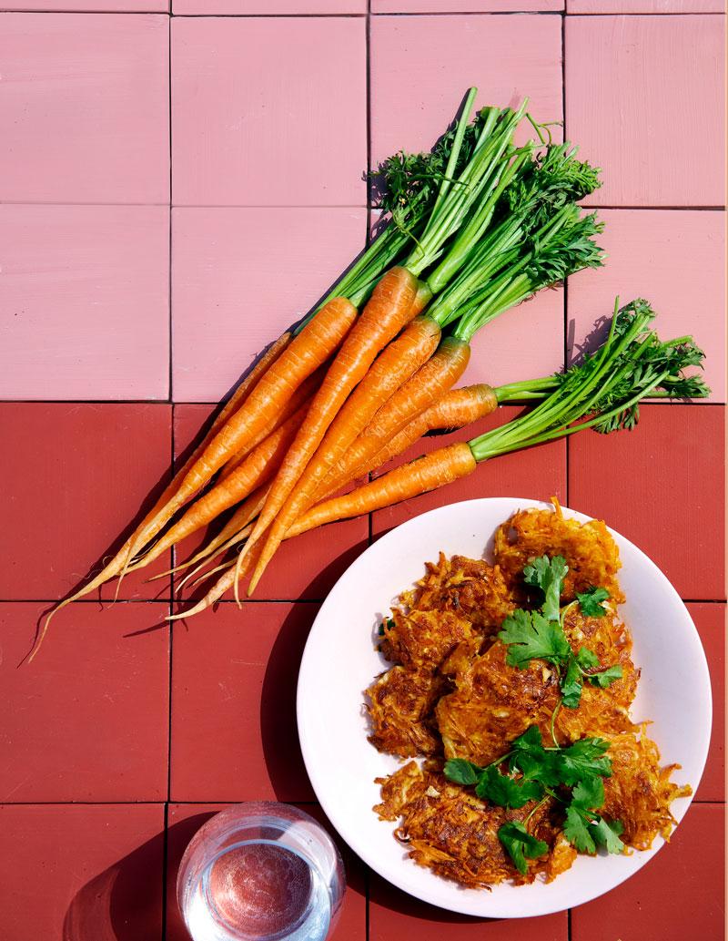 Kuvassa porkkanoita ja porkkanapihvejä lautasella.