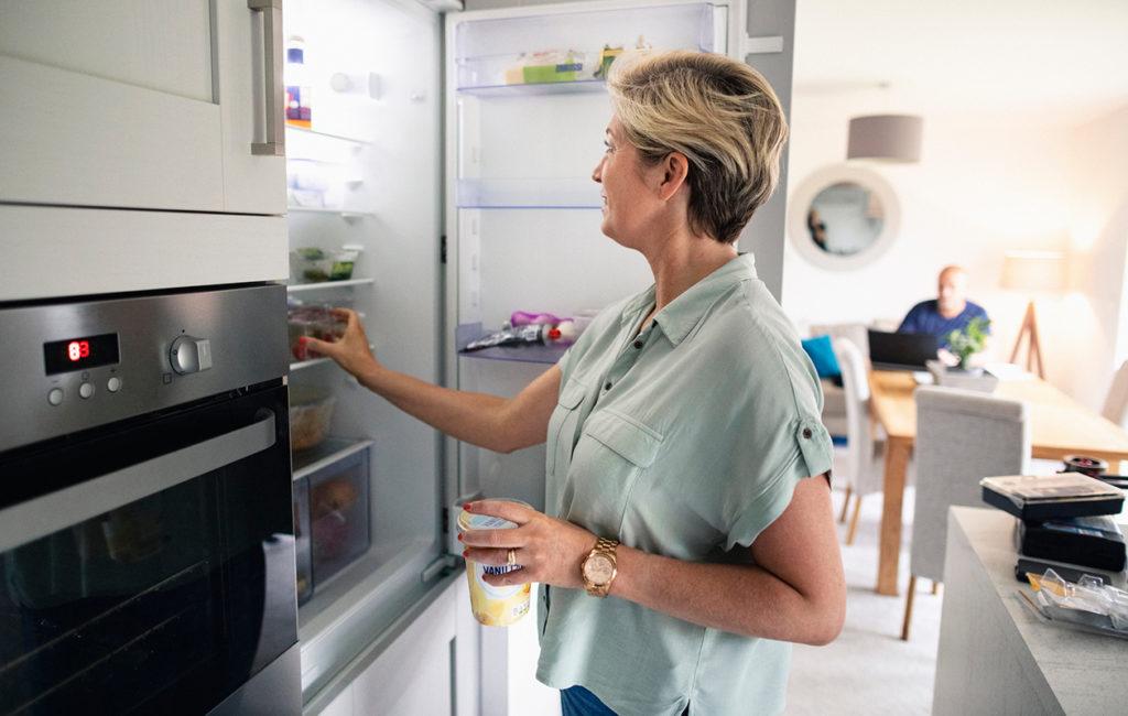 Nainen jääkaapilla.