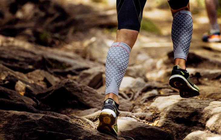 Urheilijan jalat, joissa kompressiovaatteet