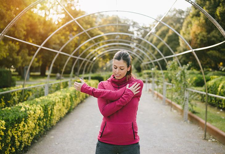 Emännän kyhmyä voidaan ehkäistä monipuolisella liikunnalla. Kuvassa nainen ulkona lenkillä.