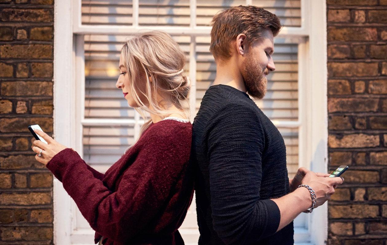 Miksi exä ottaa uudeleen yhteyttä? Yhteydenoton syyt voivat olla moninaiset. Kuvassa nainen ja mies selät vastakkain.