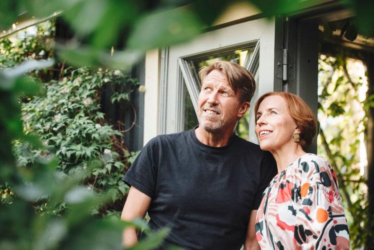 Korona-aika on tiivistänyt Martti Suosalon ja Virpi Suutarin parisuhdetta. – Emme ole viettäneet koko avioliittomme aikana koskaan näin intensiivisesti aikaa yhdessä. Oli helpotus huomata, että viihdymme yhä tiiviisti kimpassa, Virpi pohtii.