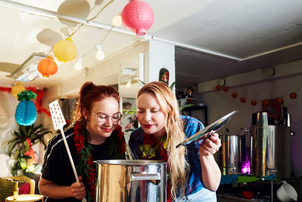Tamperelaisen Brewcats-kiertolaispanimon Linda Silvonen (vas.) ja Laura Weckström tekevät koekeitot omilla laitteillaan. Varsinaiset tuotteet valmistetaan yhteistyöpanimoissa.