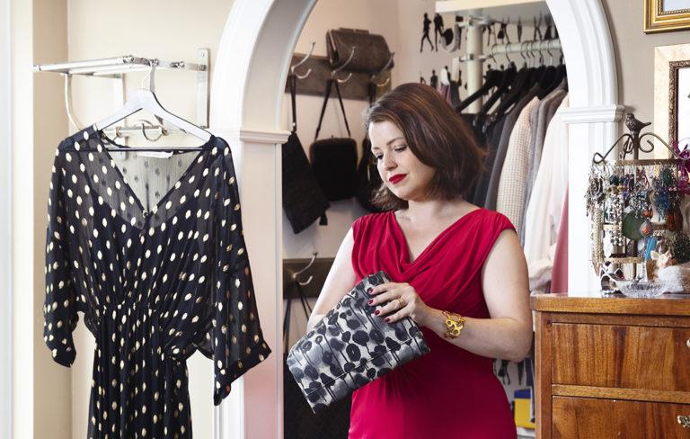 Dekkaristi, toimittaja Eva Frantz tekee mieluusti löytöjä second hand -liikkeistä. Punaisen mekon hän aikoo pukea ylleen, kun viettää 40-vuotissyntymäpäiviään.